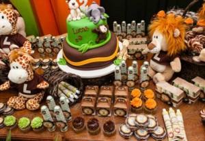mesa decorada para festa de aniversário safari