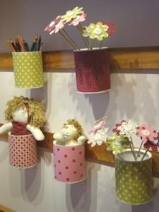 quarto infantil feminino decorado com latinhas e florzinhas
