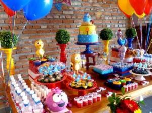 mesa de bolo e doces para aniversário