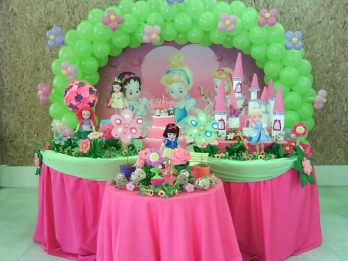 mesa de aniversário decorada com tema princesas baby