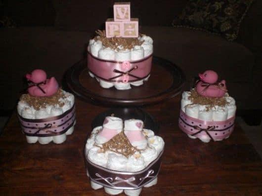 Decoração com bolo de fraldas rosa e marrom