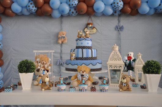 decoração de festa infantil com azul branco e marrom