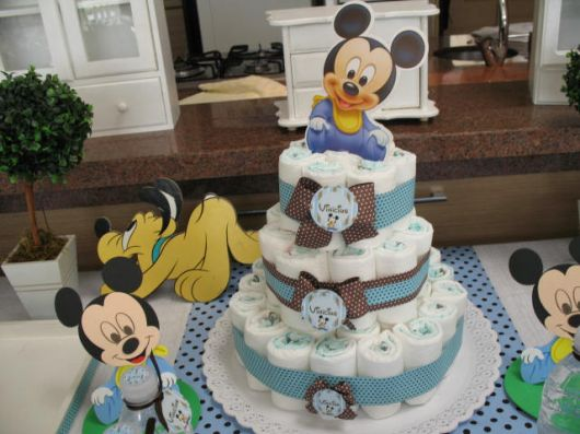 bolo de fraldas com decoração de mickey e pluto