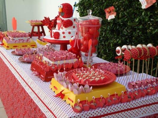 mesa de bolo de aniversário de criança simples