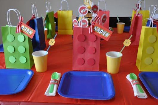 mesa simples decorada com lembrancinhas