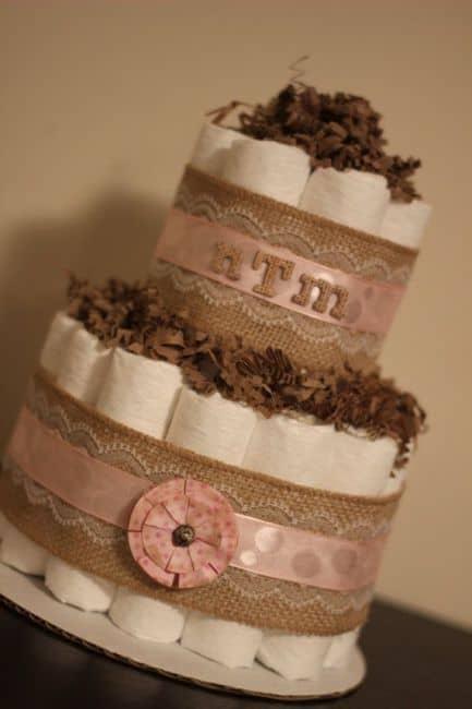 Como fazer um bolo de fraldas para chá de bebê feminino rosa e marrom