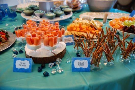 Doces decorados Frozen para festa infantil