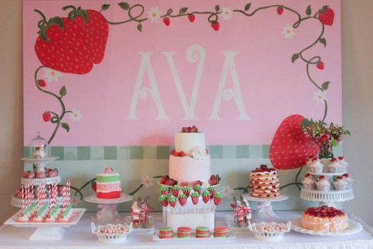 mesa e painel para aniversário de criança tema moranguinho