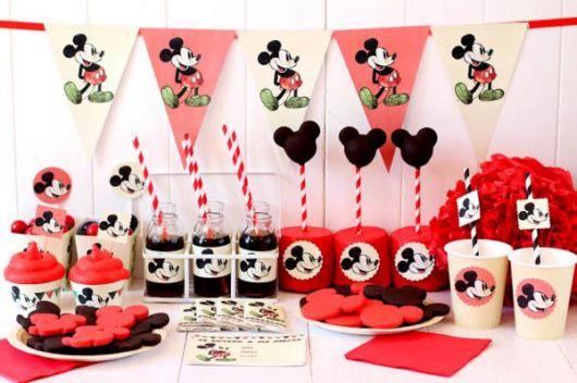 decoração com bandeirinhas do mickey