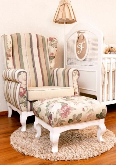Berço provençal e móveis para quarto de menina