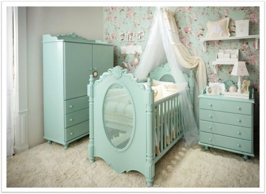 Decoração de Quarto de Bebê Provençal azul com papel de parede