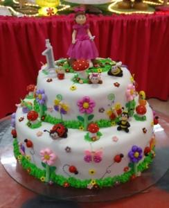 centro de mesa com bolo para meninas