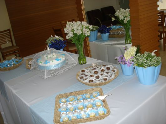 decoração de batizado simples e barato na mesa