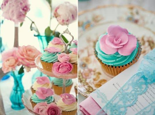 decoracao festa glow:Usar vasos na cor azul com rosas dentro deixam a decoração delicada