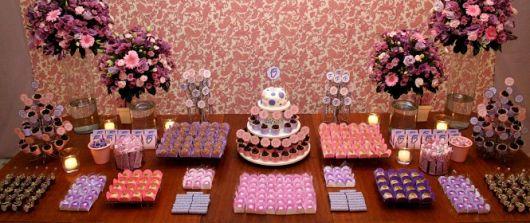 Mesa do bolo e doces simples e bonita