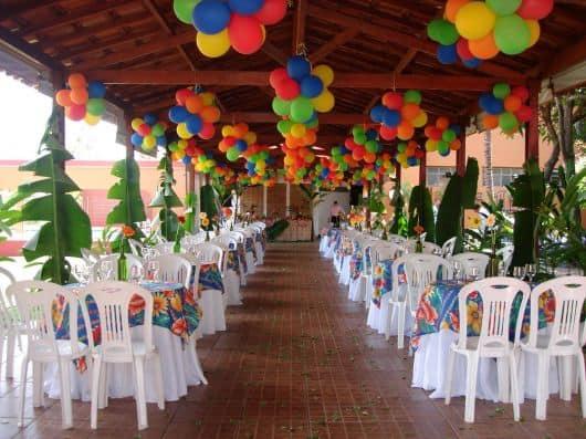 Salão grande e colorido