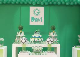 Decoração de mesa de bolo com tema futebol