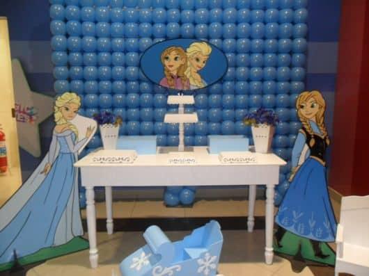móveis e decoração com balões Aniversário Frozen