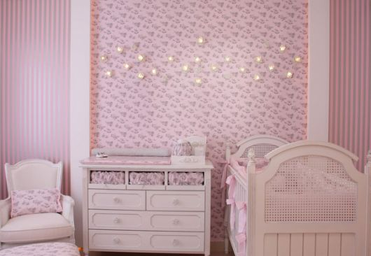 quarto infantil com papel de parede rosa para meninas
