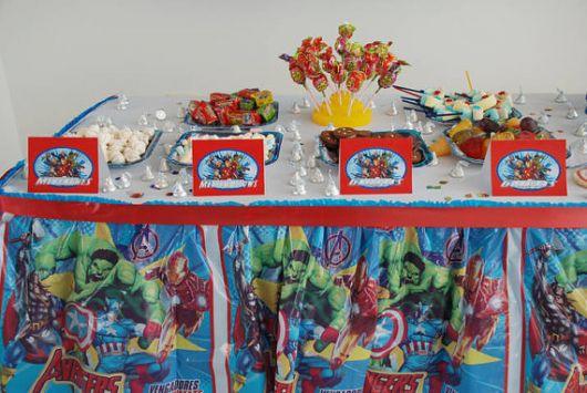 mesa de festa dos vingadores decorada