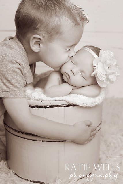fotografia de irmão com recém-nascida