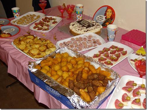 salgados e mesa do bolo simples de festa fantasia