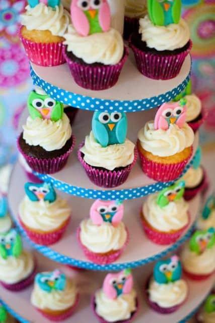 torre de cupcakes para crianças