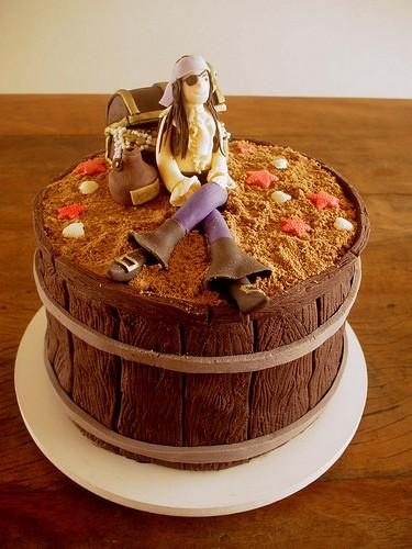 bolo temático pirata no barril