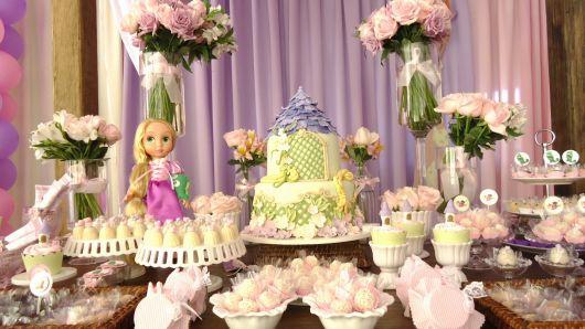 mesa do bolo da rapunzel decorada