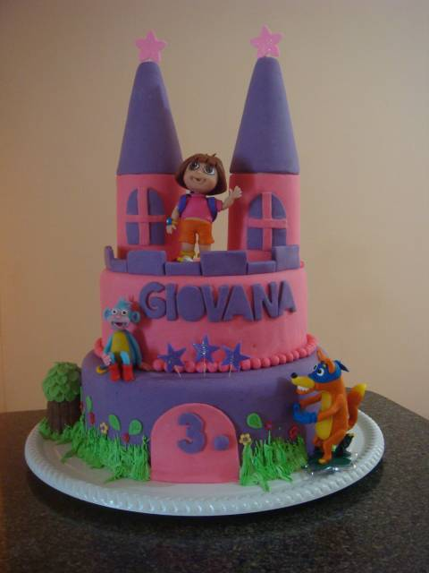 lindo bolo falso do tema Dora aventureira