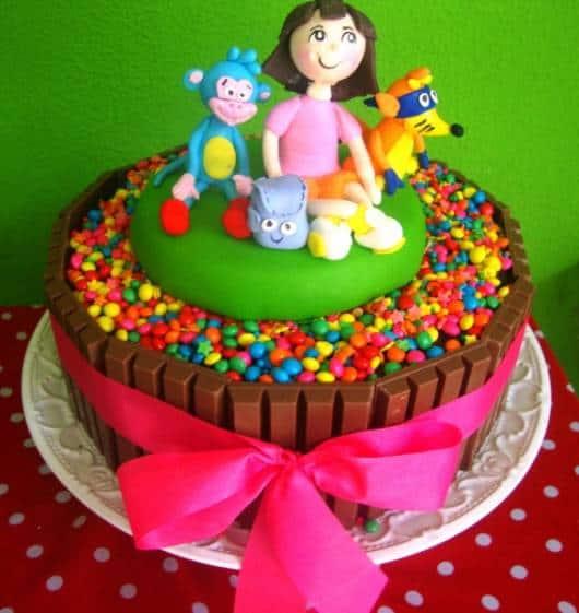 lindo bolo decorado com jujubas e chocolate