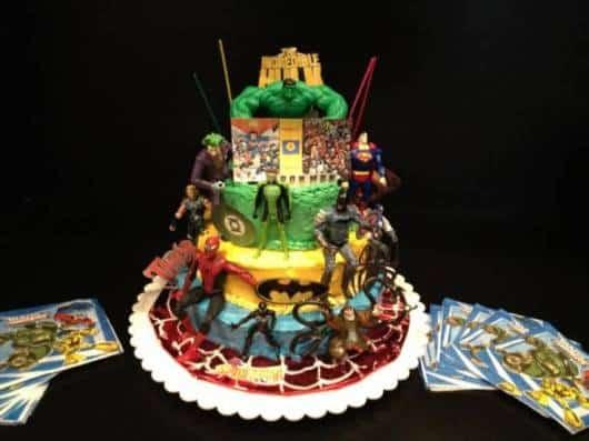ideia para decorar bolo super heróis