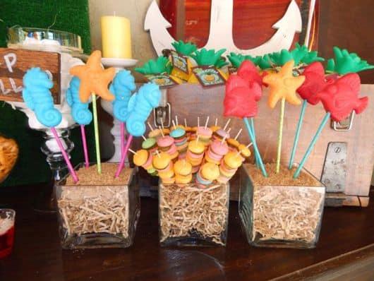 mesa decorada e doces temáticos