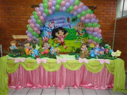 balões em arco ao redor do painel do tema da festa