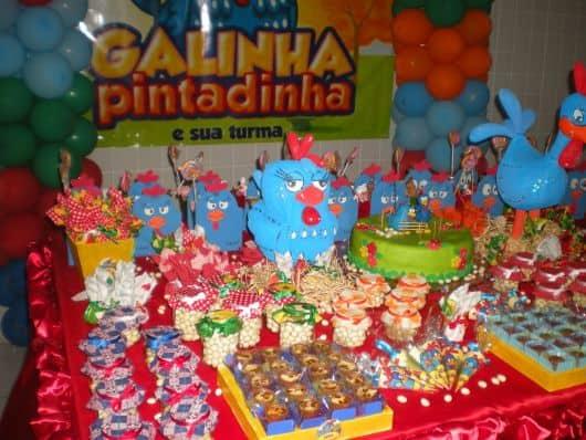 mesa decorada do aniversário galinha pintadinha