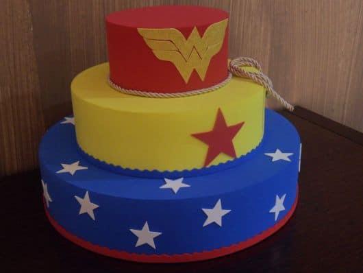 bolo fake mulher maravilha