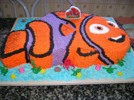 foto de bolo feito no formato do nemo confeitado
