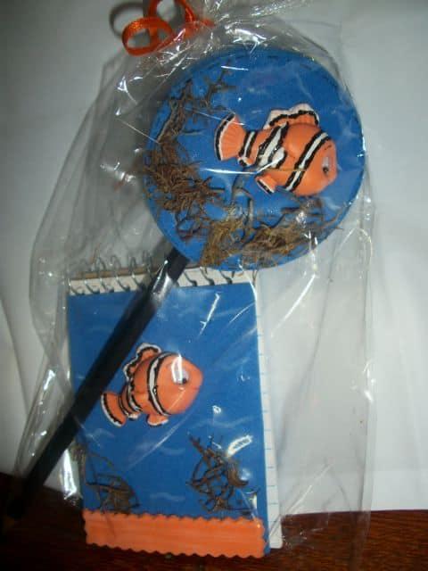 foto de caderninho e lápis decorados com o tema Nemo