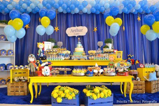 decoracao azul e amarelo para aniversario: bonecos sobre a mesa para despertar a atenção dos pequenos e do