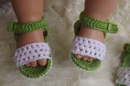 sandálinha de crochê bordado de menina