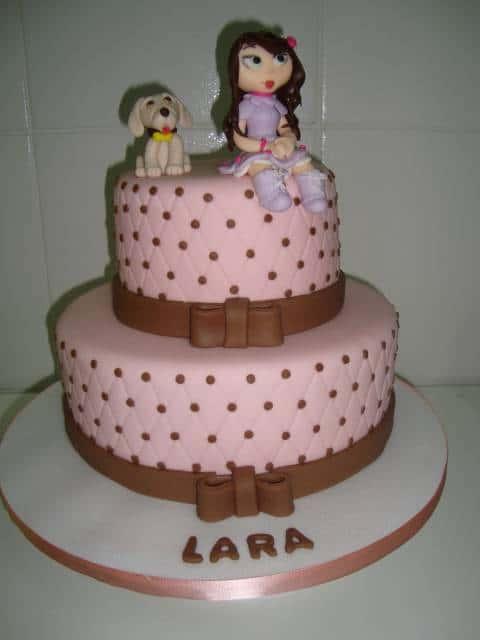 lindo bolo jolie com personagens no topo