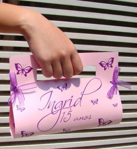 convite de debutante em formato de bolsa