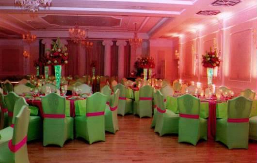 lindas poltronas verdes para decoração de 15 anos