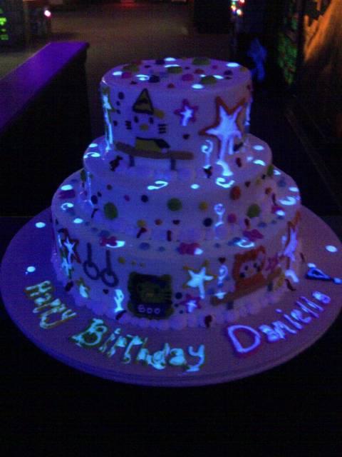 Festa de 15 anos neon 30 dicas para fazer bolo que brilha no escuro neon 15 anos altavistaventures Gallery