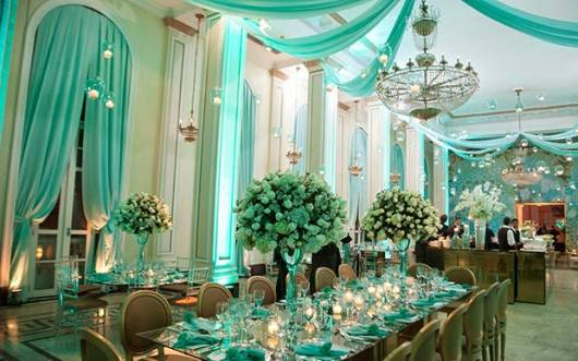 modelo de decoração com flores, cortinas e detalhes verde