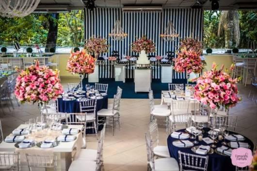 decoracao de casamento azul escuro e amarelo:As flores em rosa tornam parte da decor azul escuro