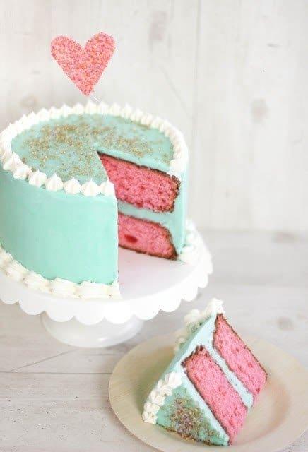 A surpresa do bolo fica para dentro com a cor da massa
