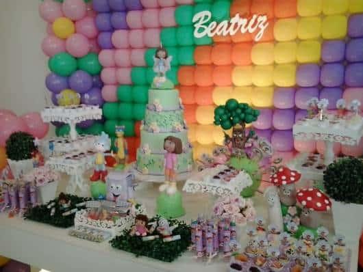 Decoração provençal com parede coberta de balões