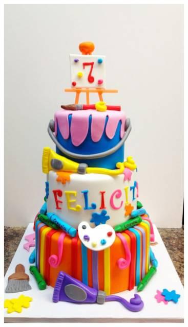 bolo colorido de pasta americana para festa pintando o sete