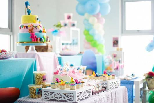 mesa clean com doces e bolo
